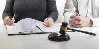 Ręki żona, męża podpisywania rozwód dekret, rozpuszczenie, odwoływa małżeństwo, legalnego rozdzielenia dokumenty, segreguje zdjęcie stock