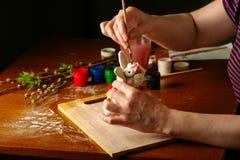Ręki artysta malują Wielkanocnego królika Akwarela maluje w słojach i tubkach handwork fotografia royalty free