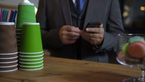 Ręki barista porcji klienci przy sklepem z kawą zdjęcie wideo