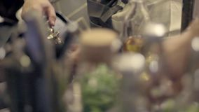 ręki barman zbiory