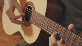 Ręki bawić się gitarę gitarzysta Obrazy Stock