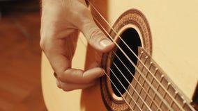 Ręki bawić się gitarę gitarzysta Obraz Royalty Free
