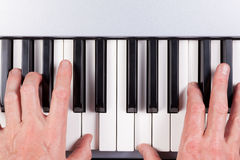 Ręki bawić się klawiaturę Fotografia Royalty Free