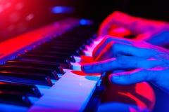 Ręki bawić się klawiaturę wspólnie z płytką głębią muzyk Zdjęcie Stock