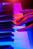 Ręki bawić się klawiaturę wspólnie z płytką głębią muzyk Obraz Stock