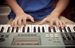 Ręki bawić się pianino lub klawiaturę Fotografia Royalty Free