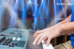 Ręki bawić się pianino lub klawiaturę, skupiają się środkowego palec Zdjęcia Stock