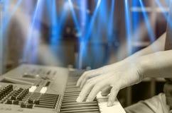 Ręki bawić się pianino lub klawiaturę, skupiają się środkowego palec Zdjęcie Stock