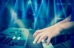 Ręki bawić się pianino lub klawiaturę, skupiają się środkowego palec Obrazy Stock