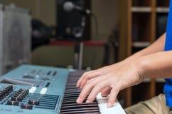 Ręki bawić się pianino lub klawiaturę, skupiają się środkowego palec Zdjęcia Royalty Free