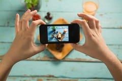 Ręki bierze fotografię śniadanie z telefonem komórkowym Zdjęcie Stock