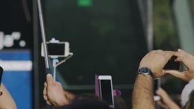 Ręki bierze fotografie z smartphones ciekawy tłum, nałóg gadżety zbiory wideo