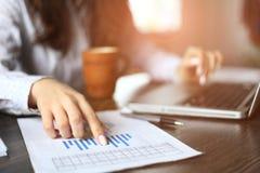 Ręki bierze notatki pieniężny kierownik gdy Zdjęcie Stock