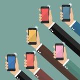 Ręki bierze obrazki z smartphones ilustracji