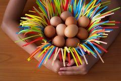 Ręki bierze opieka kurczaka jajka w koszu młoda dziewczyna fotografia royalty free