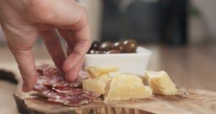 Ręki bierze włoskie antipasti zakąski od stołu Zdjęcie Royalty Free