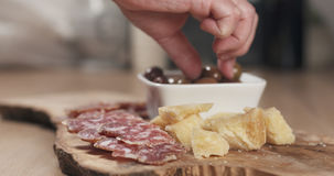 Ręki bierze włoskie antipasti zakąski od stołu Obrazy Stock
