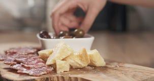 Ręki bierze włoskie antipasti zakąski od stołu Zdjęcia Royalty Free