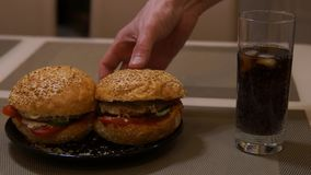 Ręki biorą hamburger hamburger to mężczyzna Fast food Szybkie Żarcie Hamburger i kola zbiory