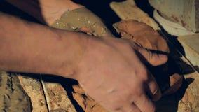Ręki biorą out połówka suszącą glinę z wewnątrz formy zdjęcie wideo