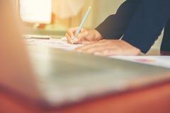 Ręki biznesowej kobiety pieniężny kierownik bierze notatki gdy praca Obraz Stock
