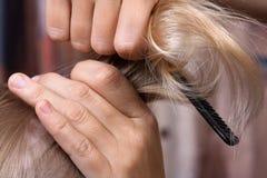 Ręki blondynki zgrzywiony włosy dziewczyna Zdjęcie Stock