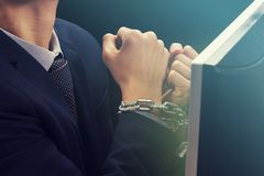 Ręki caucasian biznesmen, smartphone interneta nałóg, niewolnik, i zdjęcie stock
