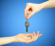ręki chwytów klucz zdjęcia royalty free