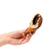 Ręki chwyt gryźć apetyczny croissant z maczkiem. Zdjęcia Royalty Free