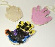 Ręki ciasta bożych narodzeń Solankowe dekoracje Zdjęcia Royalty Free