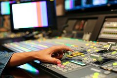 Ręki dalej rozpuszczają Switcher guziki w pracownianej staci telewizyjnej, Audi zdjęcia stock