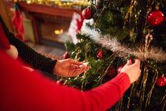 Ręki dekorują choinki, pojęcie Obrazy Royalty Free