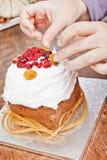 Ręki dekoruje boże narodzenie tort Fotografia Royalty Free