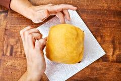 Ręki dekoruje boże narodzenie tort od above Obrazy Stock