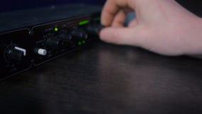 Ręki DJ polepszenia śladu różnorodne kontrola na dj kontrolerze zbiory