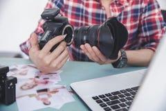 Ręki dołącza kamera obiektyw kamery ciało fotograf Obrazy Stock