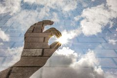 Ręki dojechanie dla słońca Zdjęcie Stock