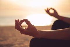 Ręki dojrzałej kobiety ćwiczy joga Fotografia Stock