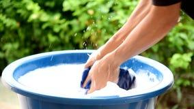 Ręki domycie odziewa w błękitnym basenie zdjęcie wideo