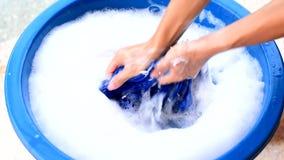 Ręki domycie odziewa w błękitnym basenie zbiory