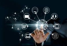 Ręki dotyka okrąg globalnej sieci związek, Omni kanał zdjęcia stock