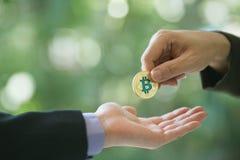 Ręki dwa biznesmena handlują monetę bitcoin Symboliczne monety bitcoin elektronicznego pieniądze wymiana, Zdjęcie Stock