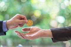 Ręki dwa biznesmena handlują monetę ethereum Symboliczne monety ethereum elektronicznego pieniądze wymiana, Zdjęcie Stock
