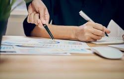 Ręki dwa biznesmena Punkt pieniężny prześcieradło Pomoc decyduje jaki informacja oferować klienci Fotografia Stock