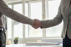 Ręki dwa biznesmena trząść ręki w kostiumach Zdjęcie Stock