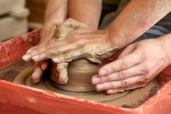 Ręki dwa ludzie tworzą garnek, garncarki ` s koło Nauczania garncarstwo Obraz Stock