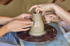 Ręki dwa ludzie tworzą garnek, garncarki ` s koło Nauczania garncarstwo Zdjęcie Royalty Free