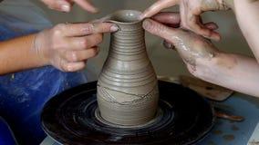 Ręki dwa ludzie tworzą garnek, garncarki ` s koło Nauczania garncarstwo zdjęcie wideo