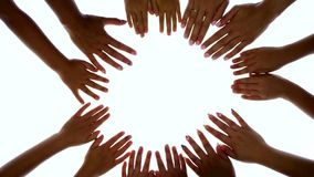 Ręki dzieci i dorosli są zamknięte each inny w okręgu na iluminującym ekranie zdjęcie wideo