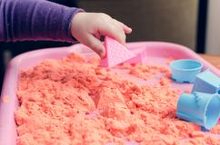 Ręki dziecko bawić się z kinetycznym piaskiem obraz stock